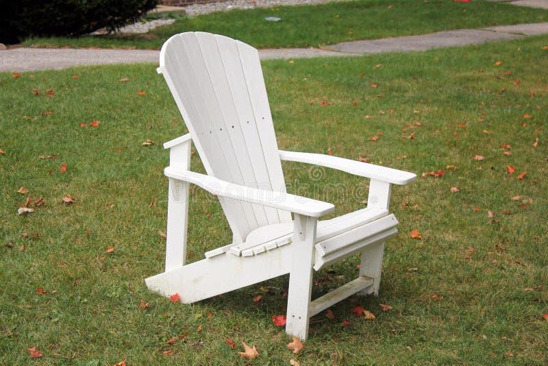 Una sedia di rilassamento bianca piacevole del aridondack immagine stock libera da diritti