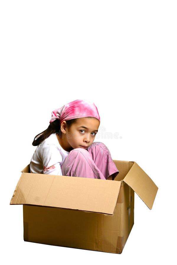 Una seduta della ragazza ristretta in una casella immagini stock libere da diritti