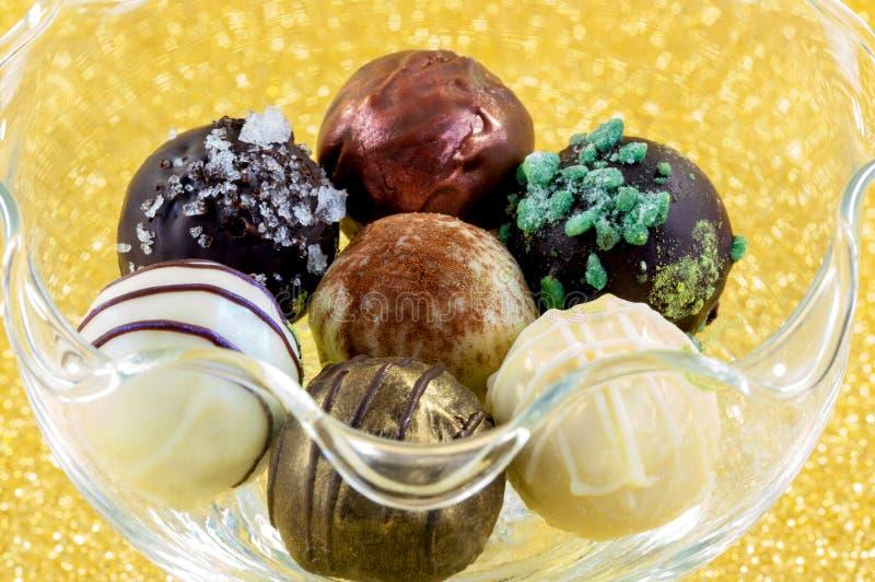 Una selección de chocolates hechos a mano hermosos fotografía de archivo