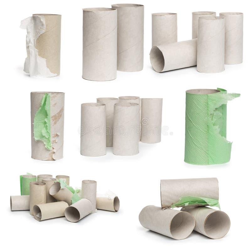 Una selección de tubos del papel higiénico de la cartulina en diversos arreglos aislados en un fondo blanco fotografía de archivo