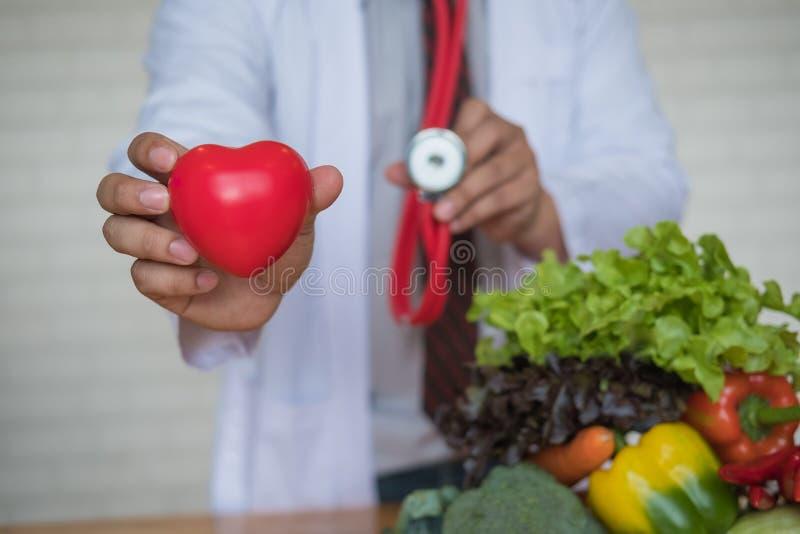 Una selezione degli ortaggi freschi per una dieta sana del cuore fotografia stock