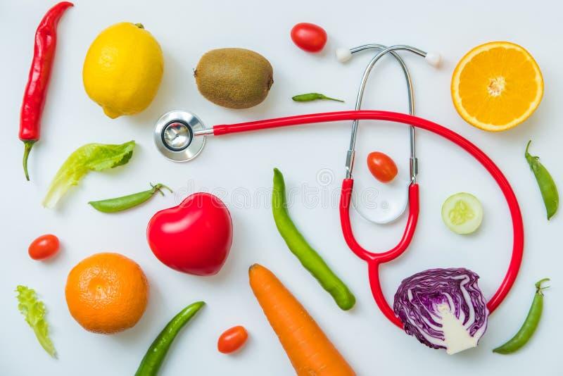 Una selezione degli ortaggi freschi per una dieta sana del cuore come raccomandato da medici immagini stock libere da diritti