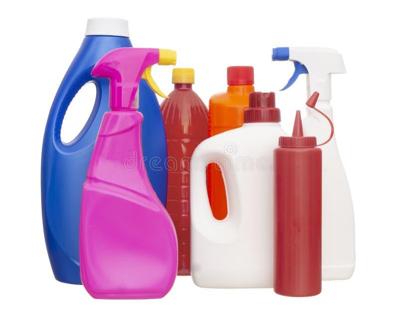 Una selezione delle bottiglie di plastica colourful e variopinte per i prodotti interni isolati su fondo bianco fotografie stock libere da diritti
