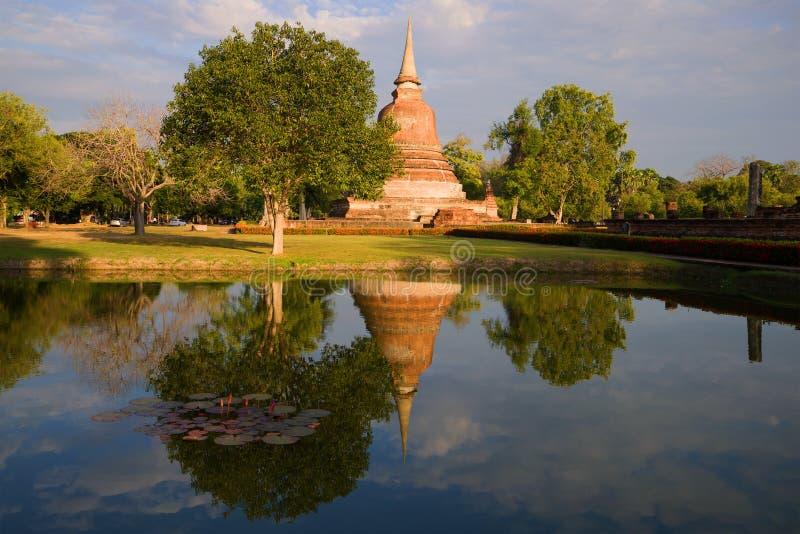 Una sera soleggiata nel parco storico di Sukhothai thailand immagine stock libera da diritti