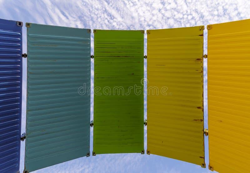 Una serie de los paneles coloridos contra el cielo azul con las nubes blancas, Fremantle, Australia occidental imágenes de archivo libres de regalías