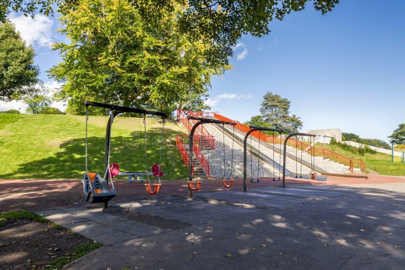 Una serie de oscilación para los niños, los niños y los niños minusválidos en Duthie parquea, Aberdeen imagen de archivo libre de regalías