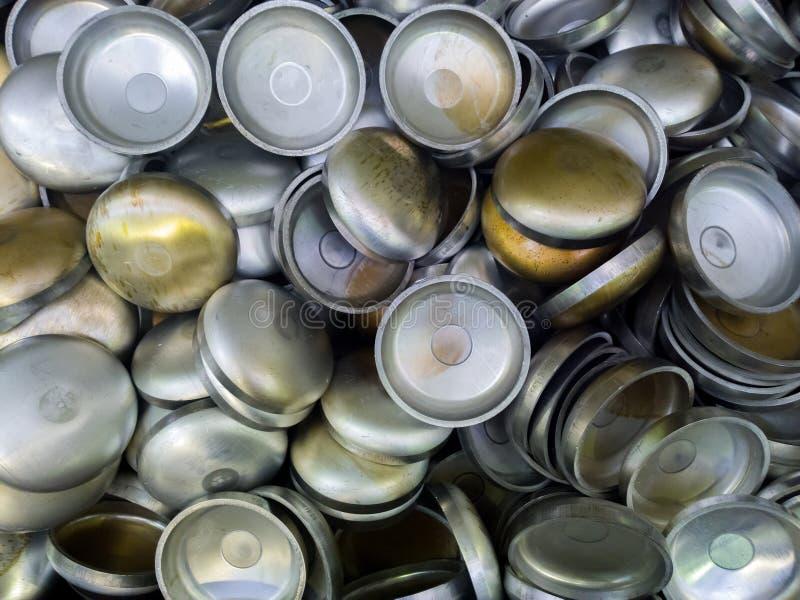 Una serie di alluminium temprato spesso ha timbrato le parti mezzo sferiche Modello accatastato-su casuale con la vista dall'alto fotografia stock libera da diritti