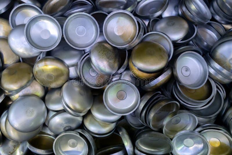 Una serie di alluminium temprato spesso ha timbrato le parti mezzo sferiche Modello accatastato-su casuale con la vista dall'alto fotografia stock