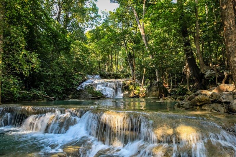 Una serie di belle cascate e di stagni piani nella foresta densa del parco nazionale di Erawan in Tailandia immagini stock