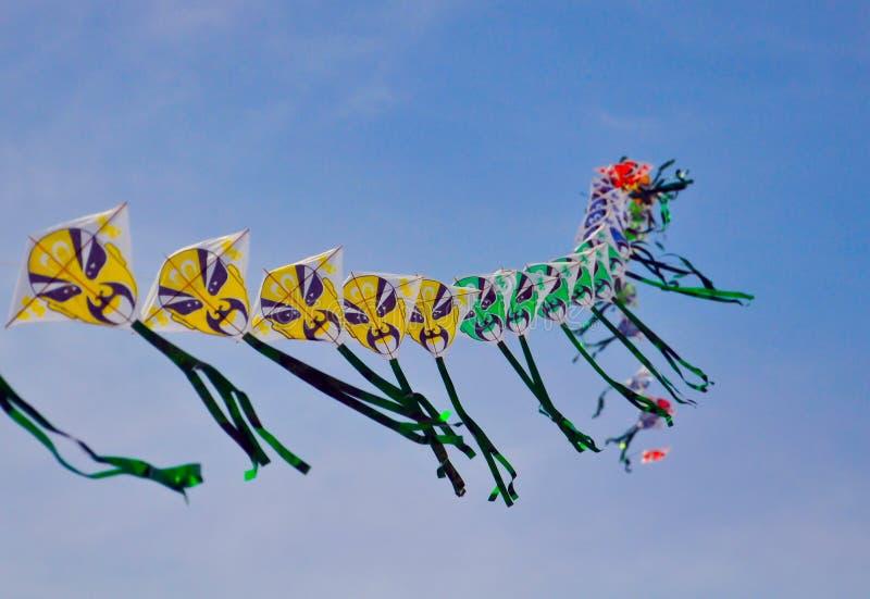 Una serie di cervi volanti cinesi variopinti prima di cielo blu fotografie stock libere da diritti