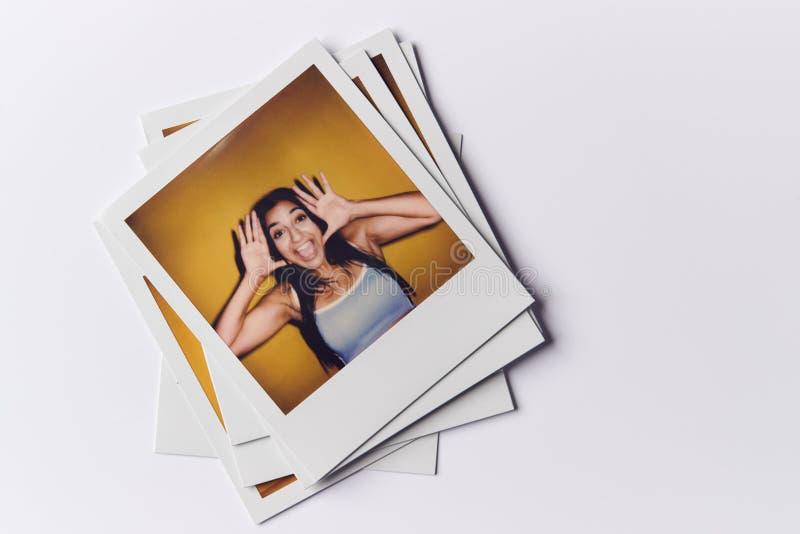 Una Serie Di Fotografie Cinematografiche Istantanee Di Casting In Studio Con Riprese Di Giovane Donna In Alto fotografia stock libera da diritti