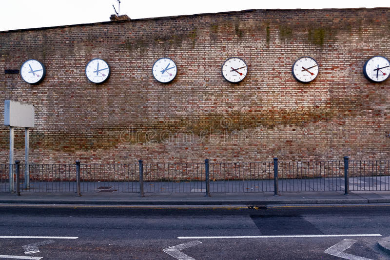 Una serie di orologi che registrano i tempi in città importanti fotografie stock