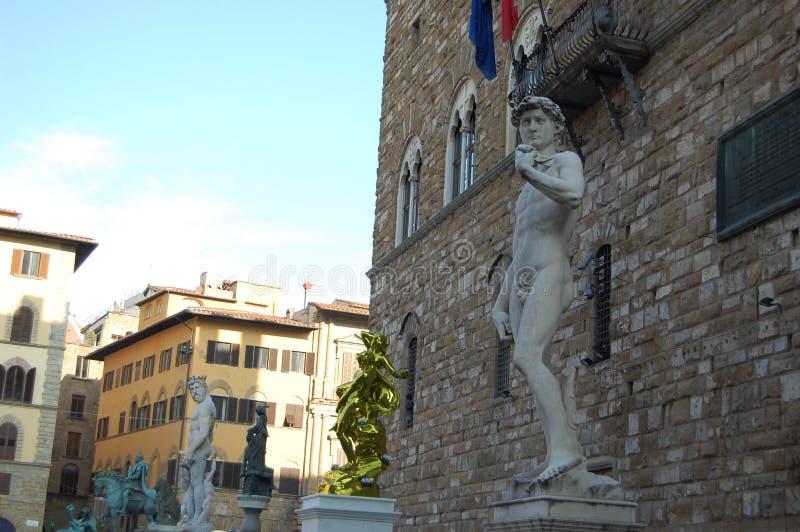 Una serie di statue antiche - un avvenimento comune nelle vie di Firenze fotografie stock