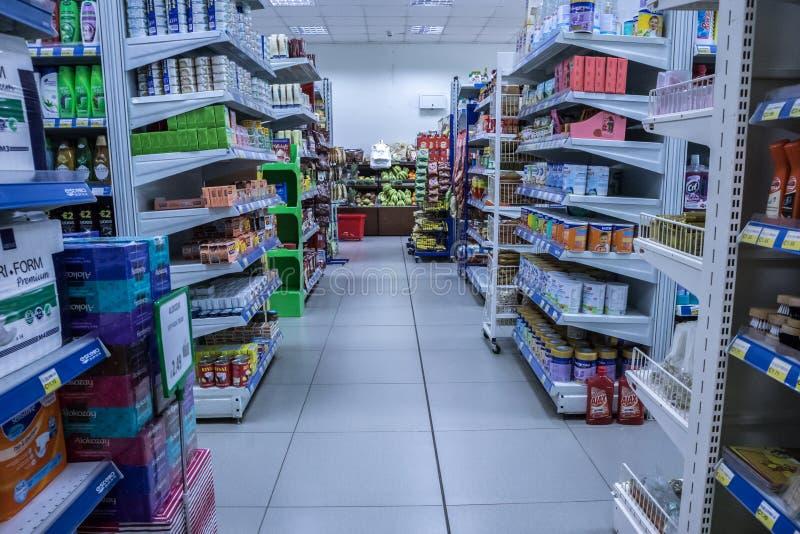 Una sezione del supermercato, corridoio con abbondanza dei prodotti immagine stock