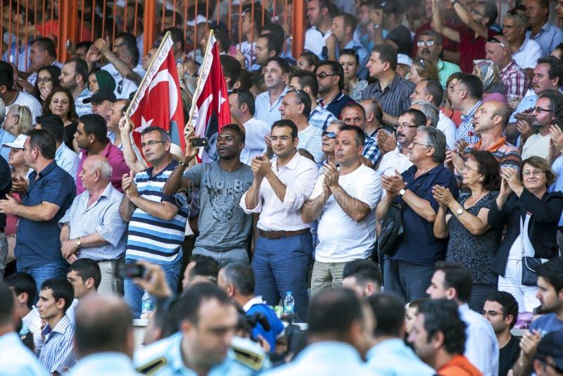 Una sezione della folla enorme al festival lottante dell'olio turco di Kirkpinar a Adrianopoli in Turchia fotografia stock