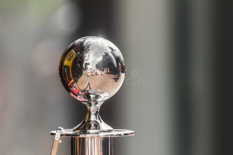 Una sfera di alluminio contro un fondo confuso fotografia stock