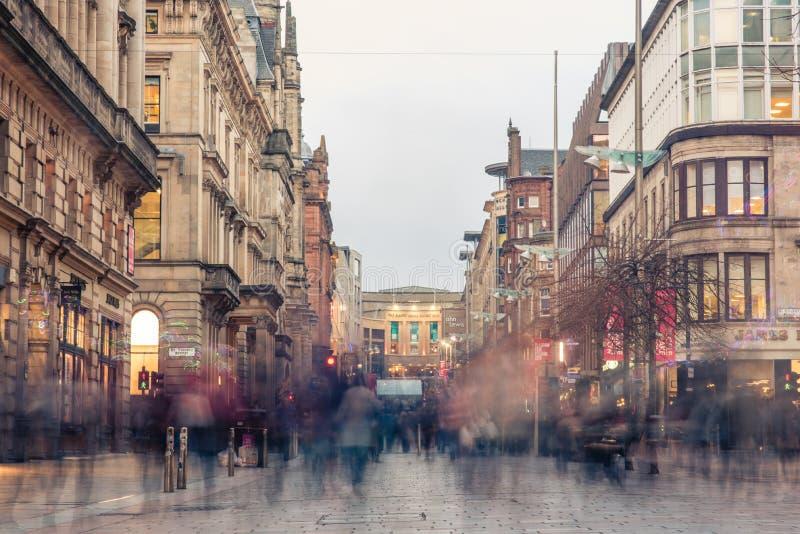 Una sfuocatura dei clienti e dei pendolari durante l'ora di punta uguagliante sulla via di Buchanan in fotografie stock