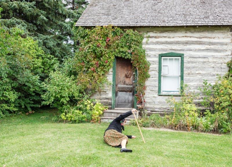 Una signora anziana caduta giù sull'erba verde davanti alla casa fotografie stock