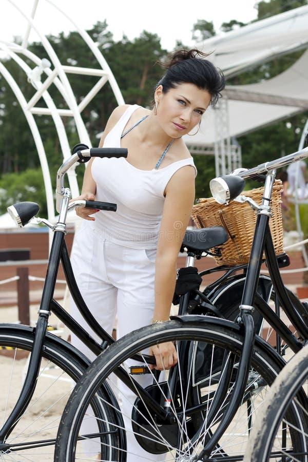 Una Signora Elegante Viaggia Sulla Bicicletta Fotografia Stock Libera da Diritti