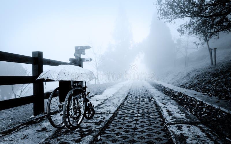 Una silla de ruedas perdida olvidada se fue por su dueño imagenes de archivo