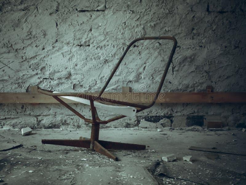 Una silla oxidada quebrada imágenes de archivo libres de regalías
