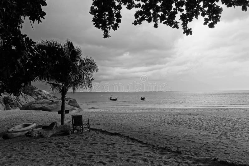 Una silla vacía como lluvia de la tormenta se acerca en la KOH Pha Ngan Koh Phangan Thailand imagenes de archivo