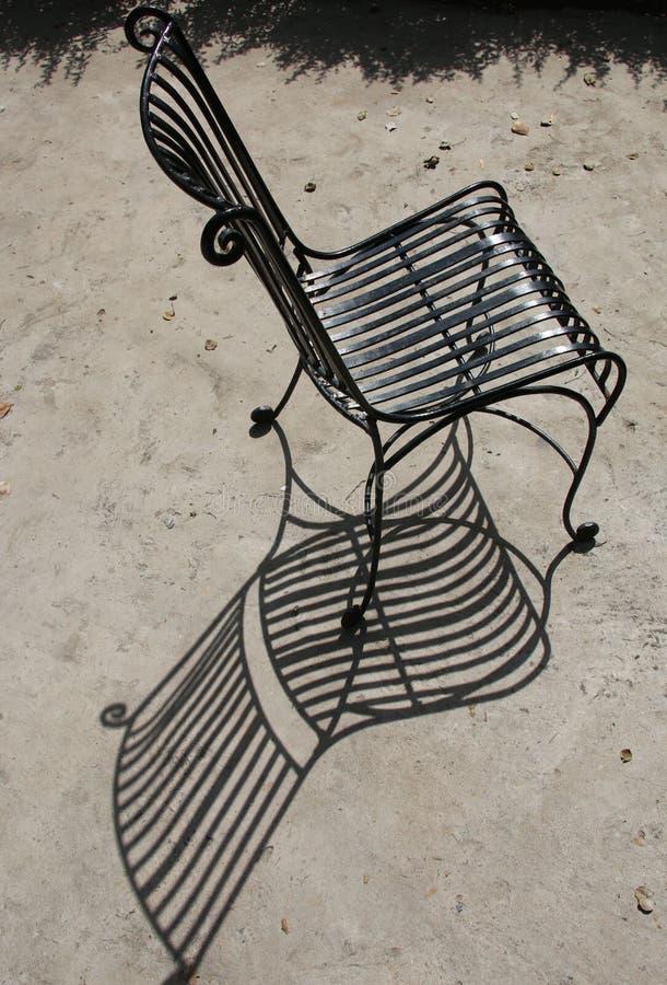 Una silla y una sombra foto de archivo