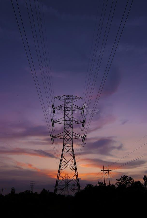 Download Una Silueta De Los Pilones De La Electricidad Imagen de archivo - Imagen de pilón, actual: 41917533