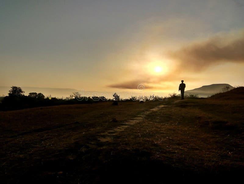 Una silueta de un hombre que camina fotografía de archivo libre de regalías
