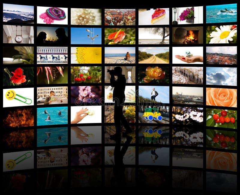 Una siluetta di un fotografo con le sue foto immagini stock
