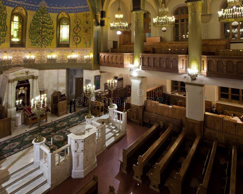 Una sinagoga coral brillante y solemne de Moscú bancos de madera y imágenes de archivo libres de regalías