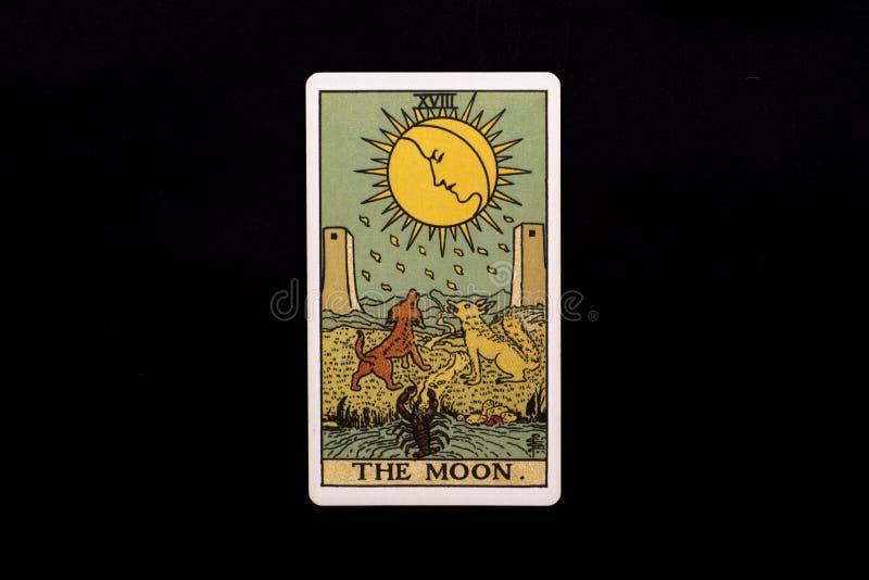 Una singola carta di tarocchi principale di arcani isolata su fondo nero La luna… in una notte nuvolosa immagini stock libere da diritti