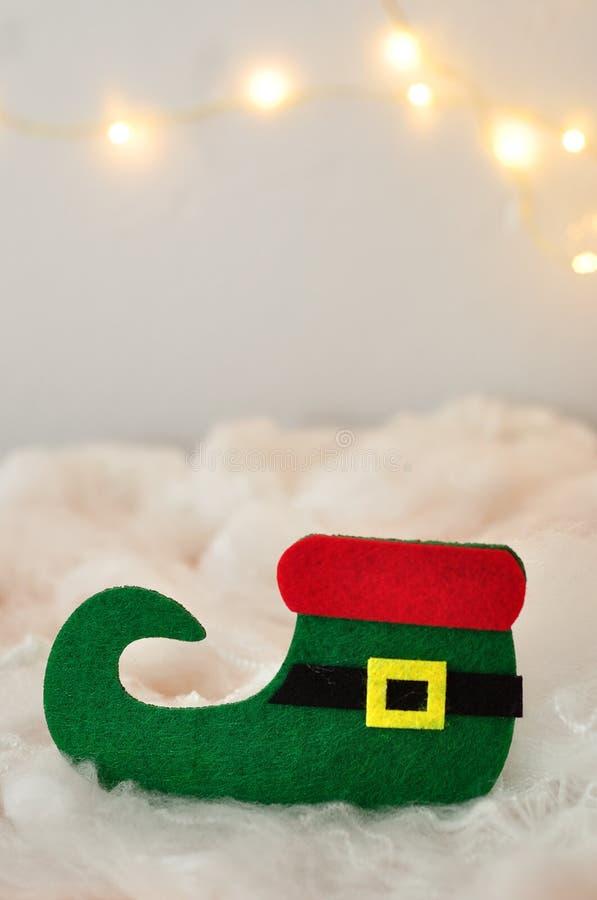 Una singola scarpa dell'elfo in neve artificiale fotografia stock