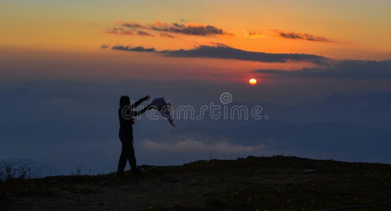 Una situación de la mujer joven en la montaña foto de archivo