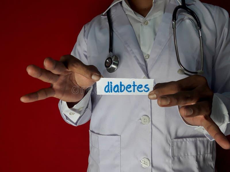 Una situaci?n del doctor, lleva a cabo el texto del papel de la diabetes en fondo rojo Concepto m?dico y de la atenci?n sanitaria imagenes de archivo