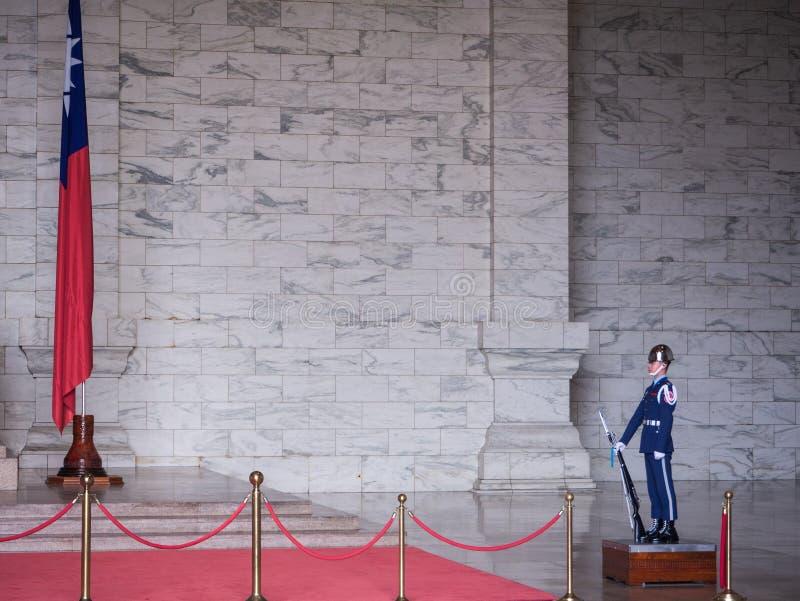 Una situación del personal militar para proteger una estatua de bronce grande de Chiang Kai-shek en la cámara principal de Memori fotografía de archivo