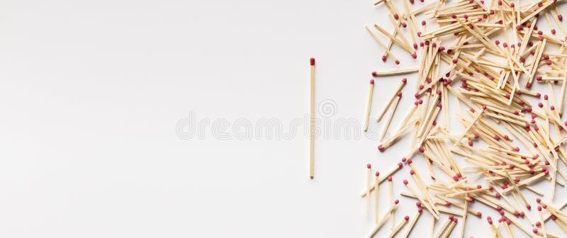 Una situación inusitada del matchstick fuera de la muchedumbre en el fondo blanco foto de archivo libre de regalías