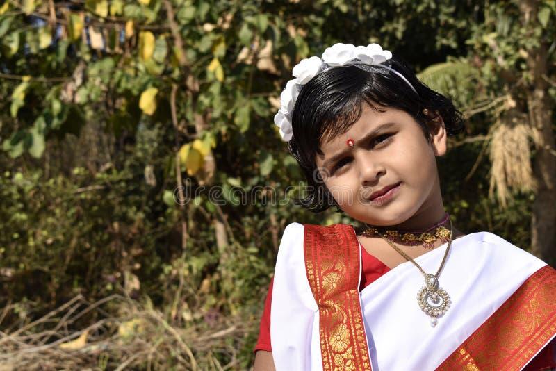 Una situación linda e inocente de la muchacha del pueblo delante del jardín imágenes de archivo libres de regalías