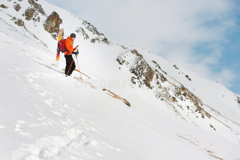 Una situación parasitario del esquí en una cuesta en un polvo profundo de la nieve fotografía el paisaje en su teléfono móvil fotografía de archivo