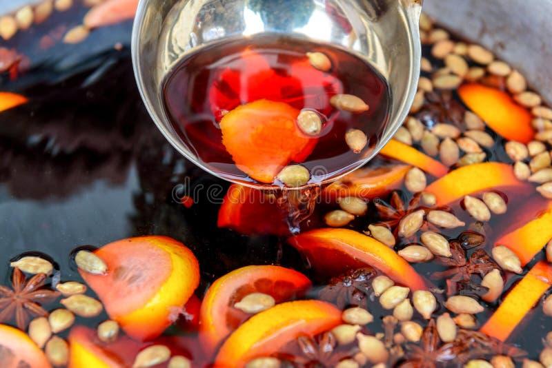 Una siviera con vin brulé caldo immagine stock libera da diritti