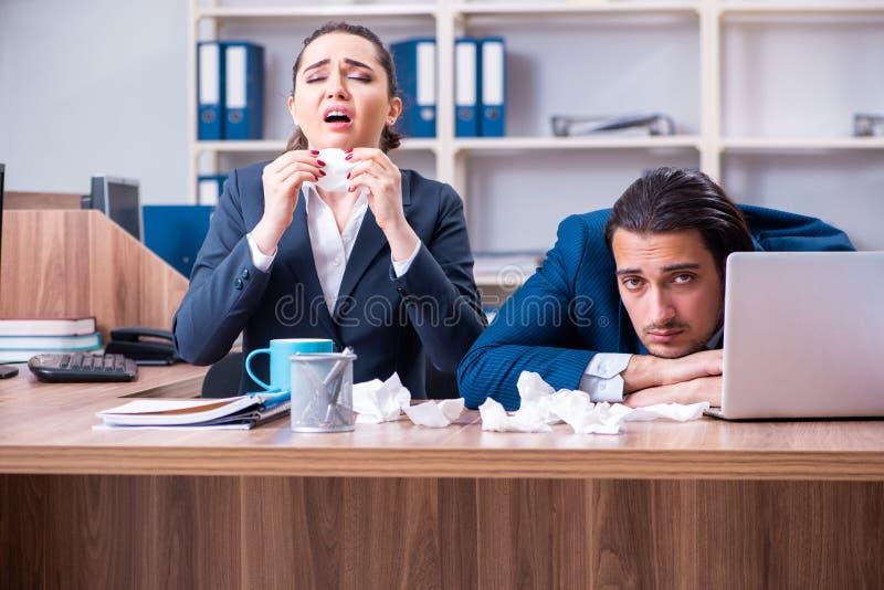 Una sofferenza dei due impiegati nel luogo di lavoro immagini stock