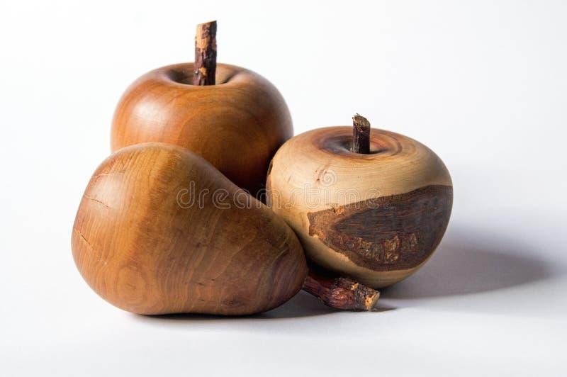Una somiglianza di una mela e di una pera fatte di legno fotografie stock