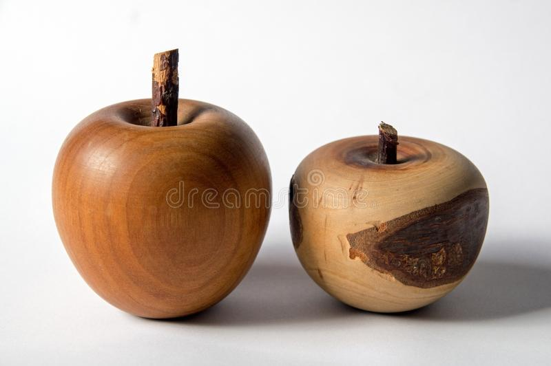 Una somiglianza di una mela fatta di legno immagine stock