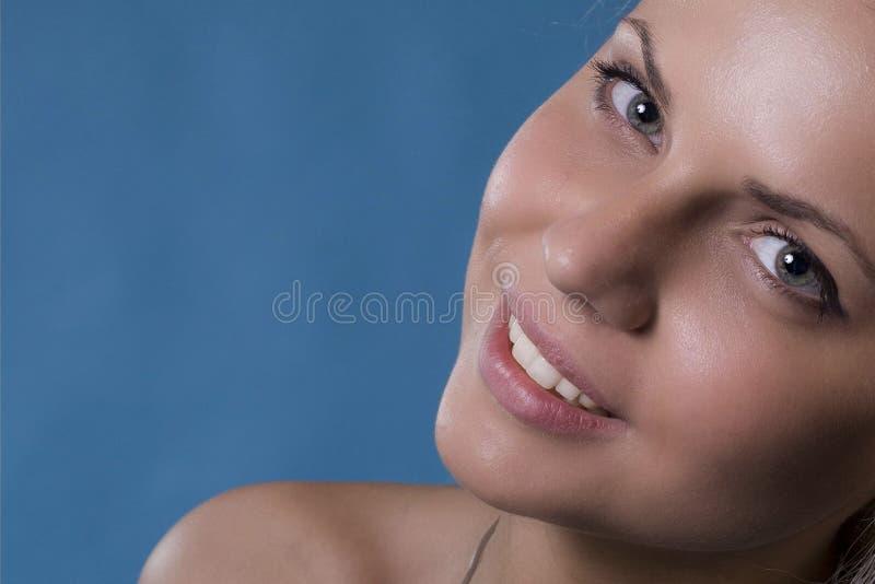 Una sonrisa de una mujer fotos de archivo libres de regalías