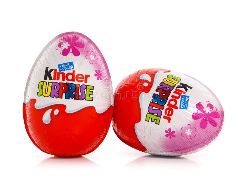 Una sorpresa más buena para la muchacha, huevos de chocolate que contienen una pequeña muñeca imagen de archivo libre de regalías