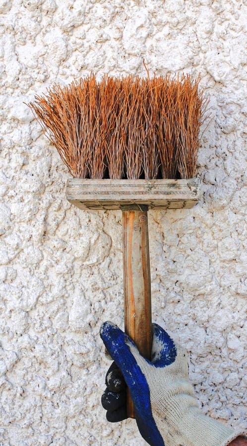 Una spazzola del un poco dello stucco del cemento fotografie stock libere da diritti