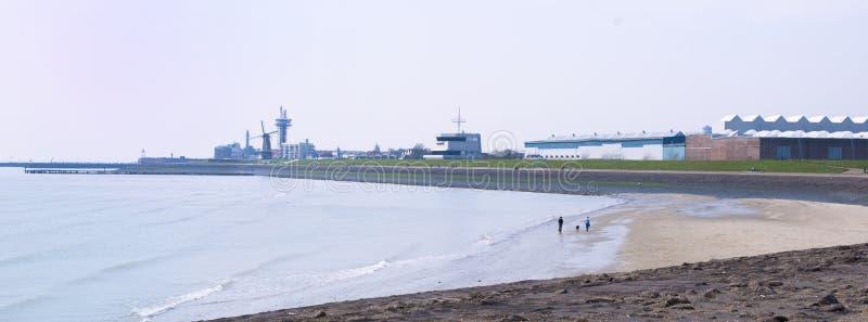 Una spiaggia senza gente L'argine è eterno Cielo blu Copi lo spazio immagini stock libere da diritti