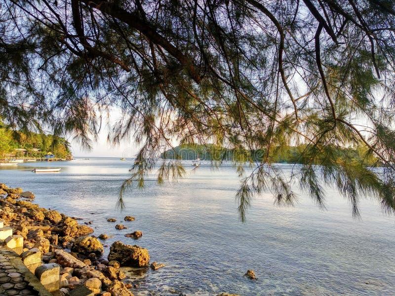 Una spiaggia silenziosa pacifica fotografie stock