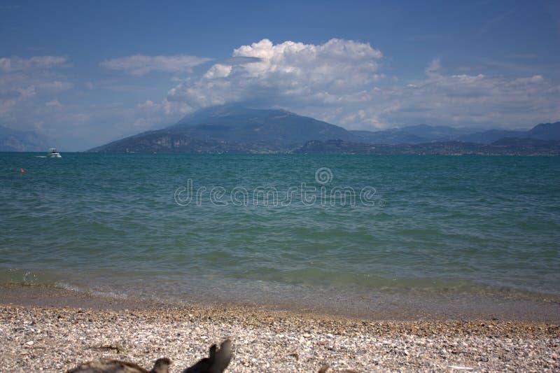 Una spiaggia in Sirmione sul lago Garda fotografia stock