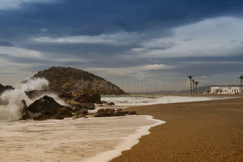 Una spiaggia spagnola con le onde e le palme di schianto fotografia stock libera da diritti
